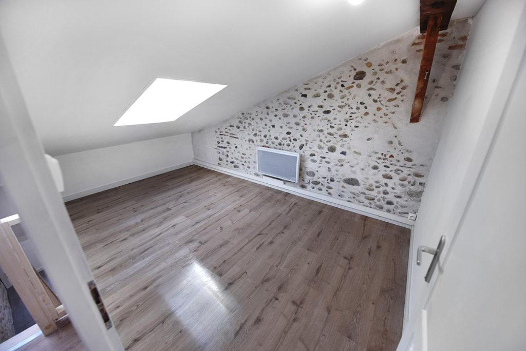 chambre investissement-locatif-renovation-gestion-complete-midi-pyrenees-appartement-escalier duplex pierre