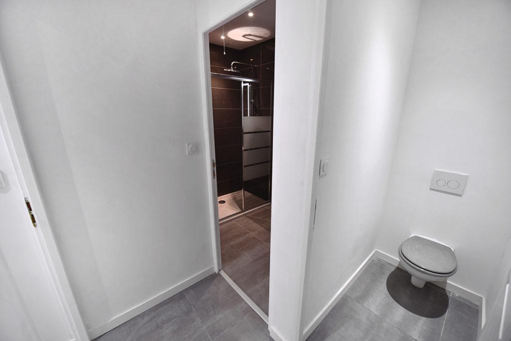 investisseur-location-cles-en-main-travaux-toulouse-ariege-immobilier-immeuble-avant-apres-salle-bain-wc-suspendu